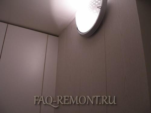 отделка туалета и ванны стеновыми панелями.