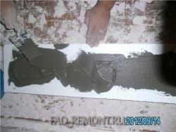 наносим клей для плитки на части колонны